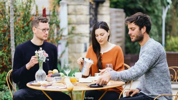 Các cặp vợ chồng luyến ái đa nguyên có tình bạn bền chặt hơn các cặp vợ chồng đơn nguyên
