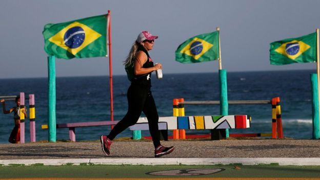 Mulher corre em ciclovia da Barra da Tijuca