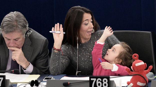 Лиция Ронзулли с дочерью в Европарламенте