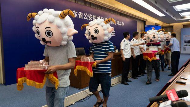 广东举报群众头戴遮盖物领奖。