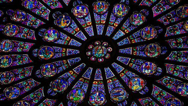 Vitral da catedral de Notre Dame conhecido como 'roseta', por ser redondo, com vidros azuis, vermelhos, amarelos, verdes e lilás