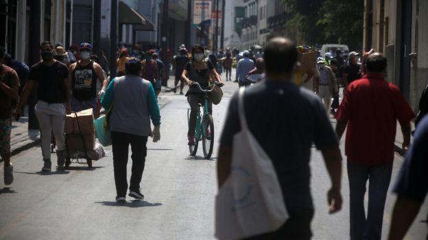 Gente en una calle de Lima