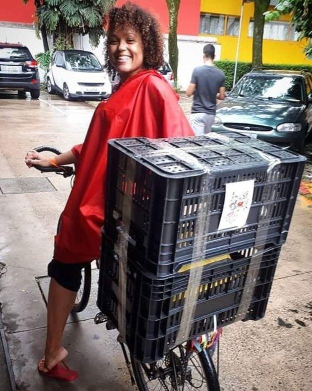 Aline Os, do coletivo Señoritas Courier, atende clientes por WhatsApp e Instagram