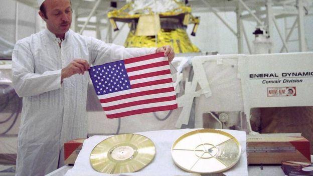 Bandera e disco dourado