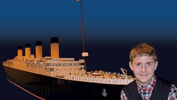 O menino com seu navio