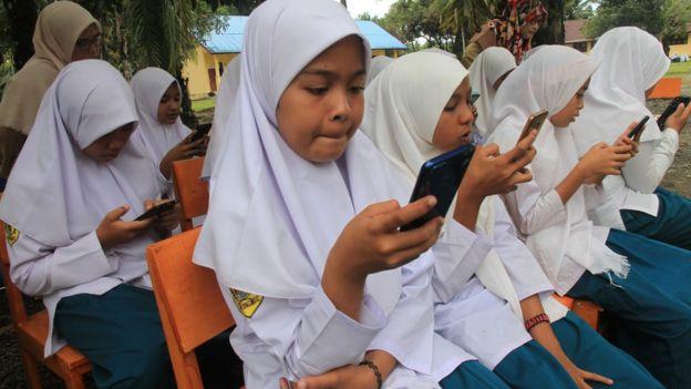 Sejumlah pelajar mengikuti ujian semester berbasis online dengan menggunakan android di sekolah pedalaman Madrasah Tsanawiyah Negeri 6 Aceh Barat di Kecamatan Arongan Lam Balek, Aceh, Senin (2/12/2019).