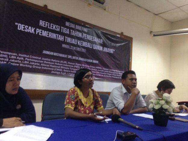 Direktur Yayasan Lembaga Bantuan Hukum Indonesia (YLBHI), Asfinawati (baju batik), Ketua Perhimpunan Bantuan Hukum dan Hak Asasi Manusia Indonesia (PBHI), Totok Yulianto, serta Koordinator Program Nasional Solidaritas Perempuan, Nisaa Yura, dalam jumpa pers di Jakarta, Minggu (22/10).