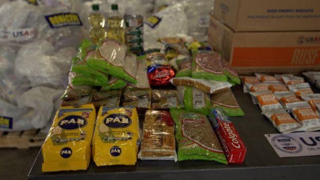 Productos de las cajas que esperan en la ciudad de Cúcuta para cruzar la frontera y llegar a Venezuela.