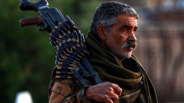 مقاتل في قوات سوريا الديمقراطية ذات الأغلبية الكردية