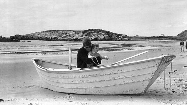 John F Kennedy con su hijo.