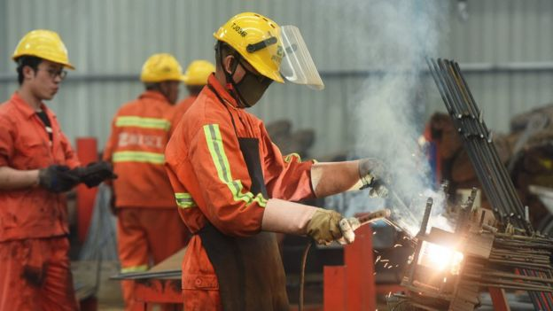 Un empleado en una fábrica de acero en China