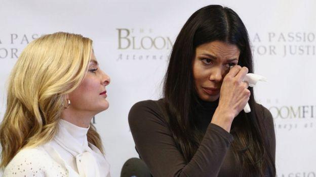 La actriz Regina Simons (der.) con su representante legal durante su denuncia de abuso sexual contra el actor Steven Segal, en marzo 19 de 2018