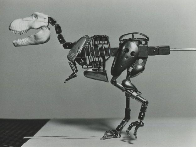 Modelo metálico de dinosaurio