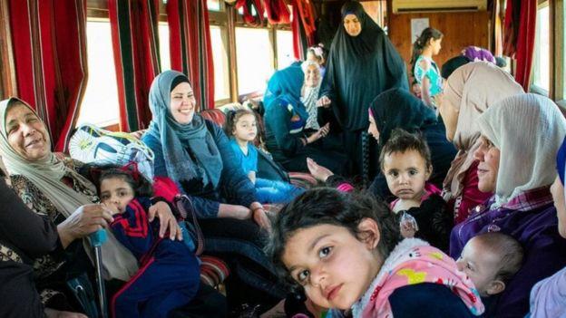 النساء والأطفال يجدون متعة في ركوب القطار