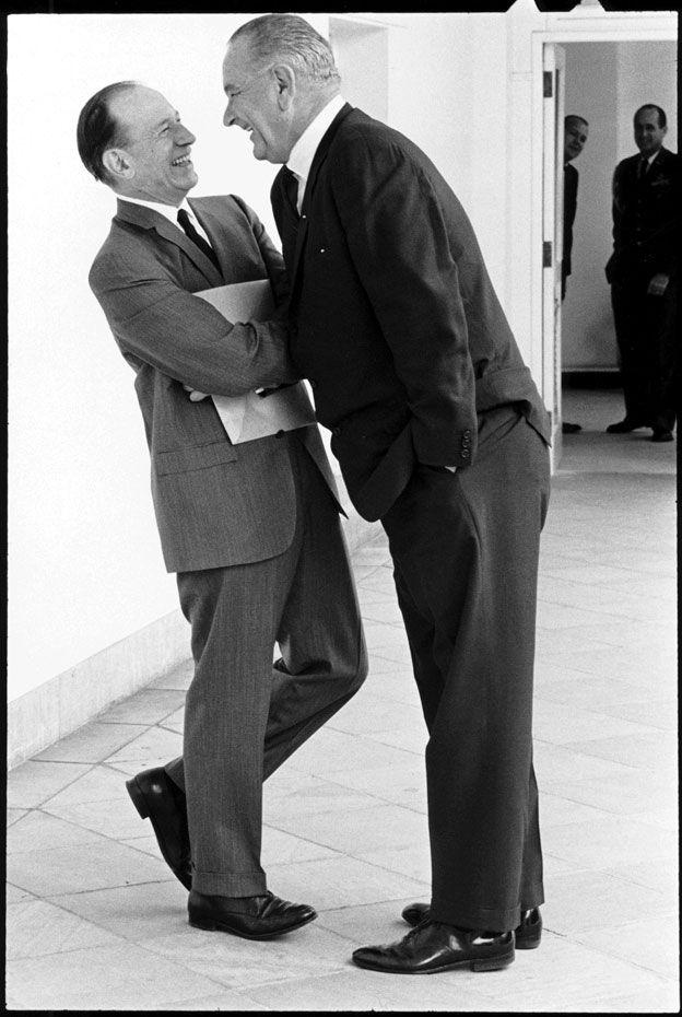 Lyndon Baines Johnson se eleva sobre un congresista.