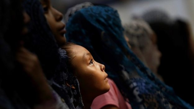Uma garota em uma missa da LLDM