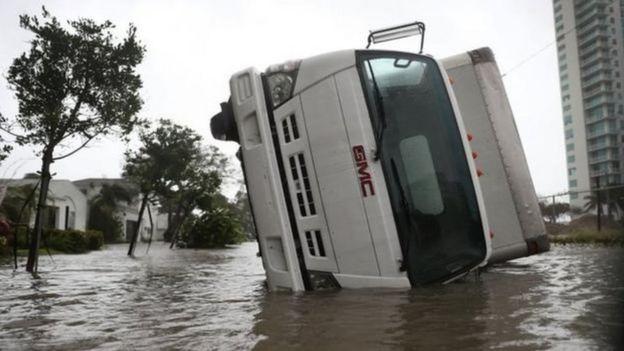 перевернутая машина на улицах Флориды