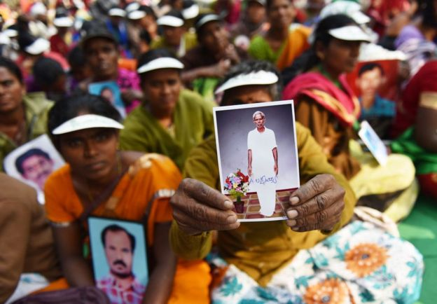 Ramanamma from Andhra Pradesh, holding a picture of her husband, Laxmayya, who took his own life, during a protest in Delhi in November 2017.