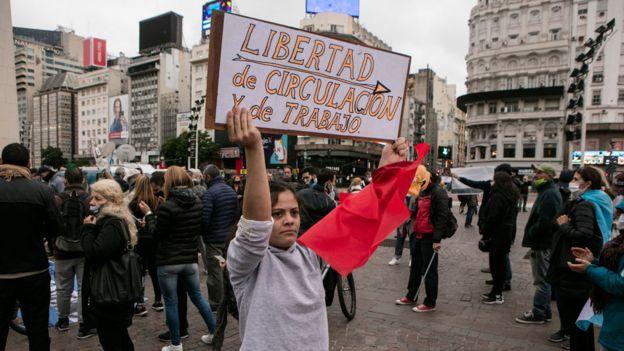 Una mujer sostiene un cartel reclamando poder circular y trabajar, durante una protesta en contra de la cuarentena en Buenos Aires, el 30 de mayo.