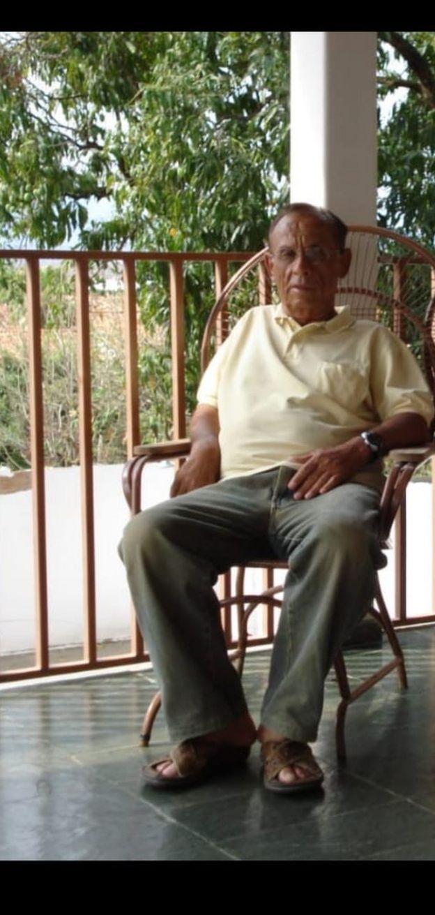 Asdrubal Fortunato sentado em cadeira