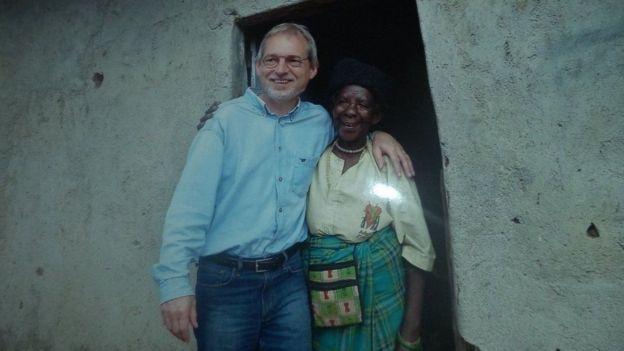 Zura Karuhimbi con una de las personas a las que salvó la vida en su refugio.