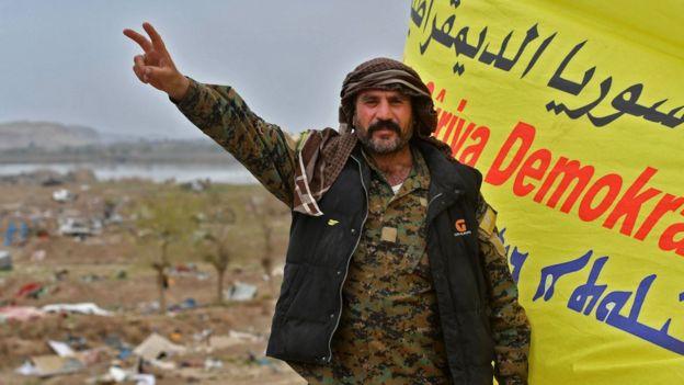 مقاتل من قوات سوريا الديمقراطية