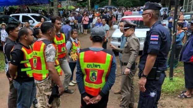 فرق إنقاذ الأطفال العالقين في كهف بتايلاند