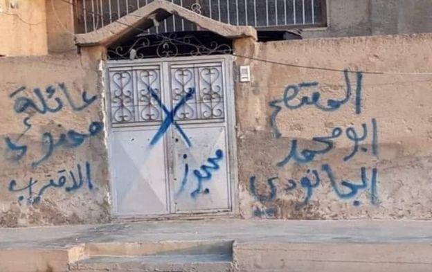 منازل أكراد تم حجزها من قبل الفصائل الموالية لتركيا، عن طريق وضع إشارات أو كتابة أسماء على جدرانها.