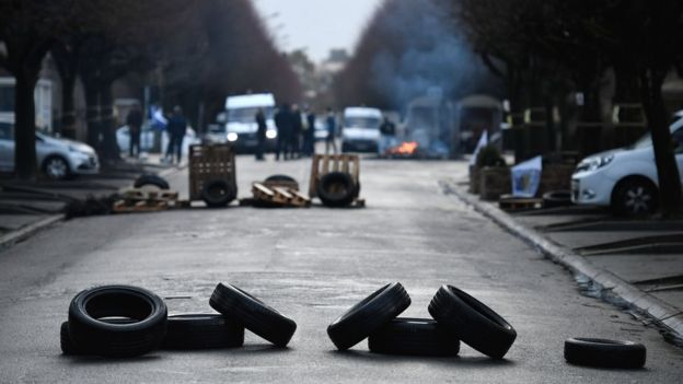 Tyres are placed in the street as prison guards block access to Fresnes prison on 16 January 2018