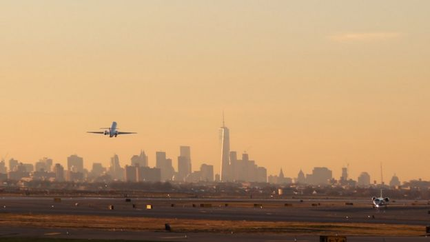 Avión despega desde el aeropuerto JFK de Nueva York.