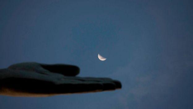 Una mano y la Luna.
