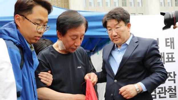 '드루킹 사건'으로 불리는 댓글조작 사건의 특검수용을 요구하며 노숙 단식농성을 한 김성태 자유한국당 원내대표