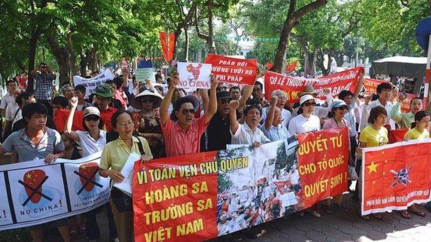 Người dân biểu tình chống yêu sách Đường lưỡi bò của Trung Quốc trên Biển Đông.