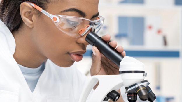 Un scientifique regardant dans a microscope (Archives)