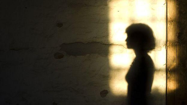 صورة تعبيرية لامرأة تنتظر بصيص أمل في الظلام