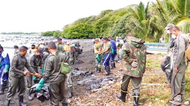 Ljudi čiste dio obale otoka