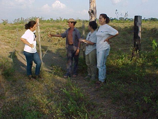 Ima com alunas e produtor em entrevista sobre capoeiras no nordeste paraense