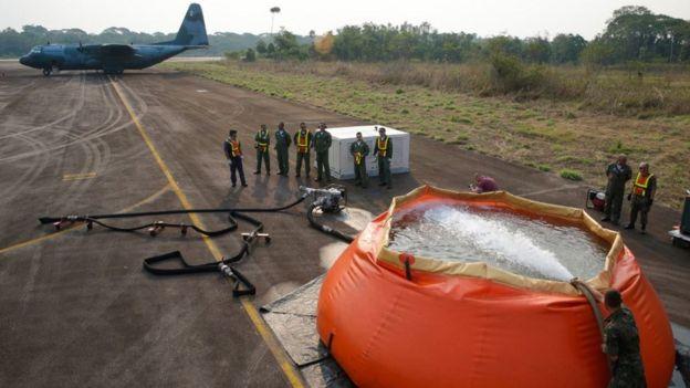 Militares enchem bolsa de água para combate a incêndio na Amazônia