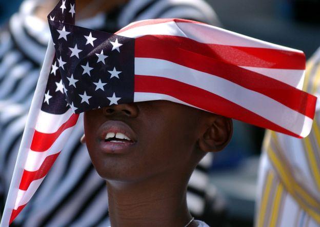 Niño sostiene bandera