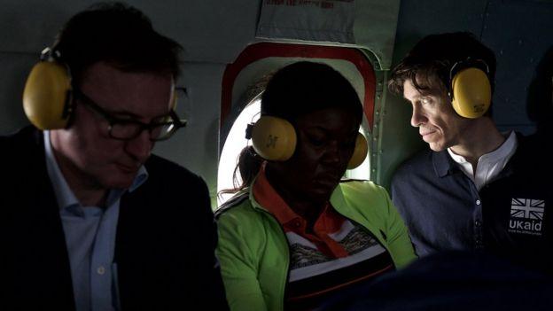 Rory Stewart (à droite), secrétaire d'État britannique au Développement international, vu dans un avion.