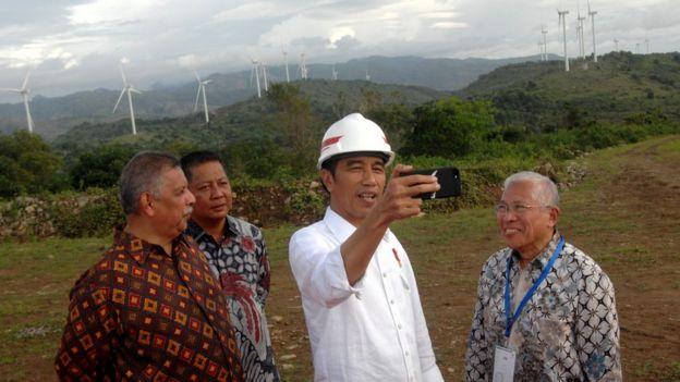 Presiden Joko Widodo (kedua kanan) membuat video vlog didampingi Direktur Utama PLN Sofyan Basyir (kiri), Presiden Direktur PT Binatek Energi Terbarukan Erwin Yahya (kanan) dan Bupati Sidrap Rusdi Masse (kedua kiri) saat peresmian Pembangkit Listirk Tenaga Bayu (PLTB) di Desa Mattirotasi, Kabupaten Sidrap, Sulawesi Selatan, Senin (2/7).