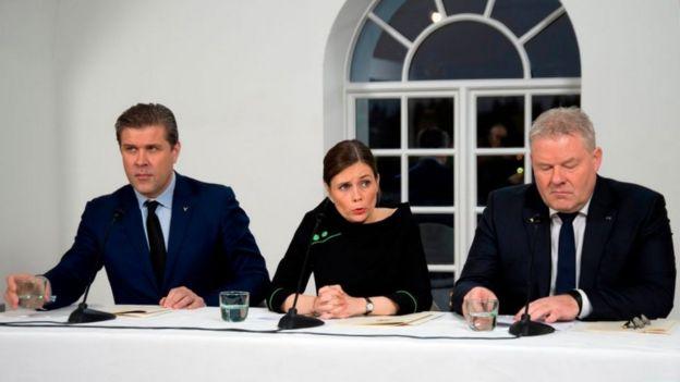Katrín Jakobsdóttir (centro) asumió como primera ministra tras sellar una alianza con el Partido Independiente de Bjarni Benediktsson (izquierda) y el Partido Progresista de Sigurdur Ingi Johannsson (derecha).