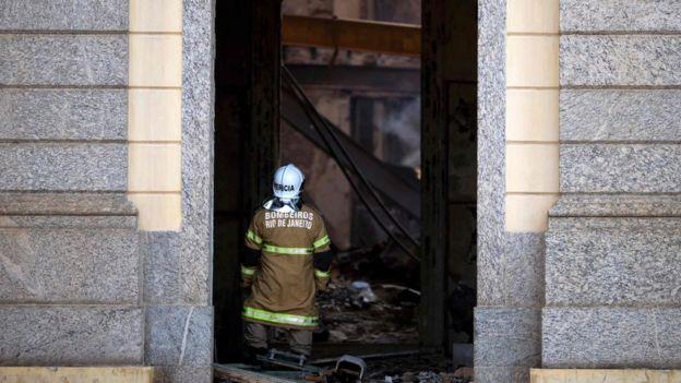 Bombeiro trabalha nos escombros do Museu Nacional, no Rio