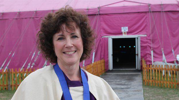 Mari Lisa gipiodd Gwobr Goffa Daniel Owen am nofel heb ei chyhoeddi // This year's Daniel Owen Memorial Prize was won by Mari Lisa