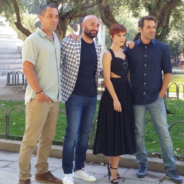 Álvaro Vizcaíno junto al director Hugo Stuven y los actores de la película Solo.
