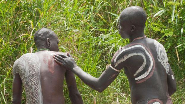 Vücutlarını boyamış kabile üyeleri