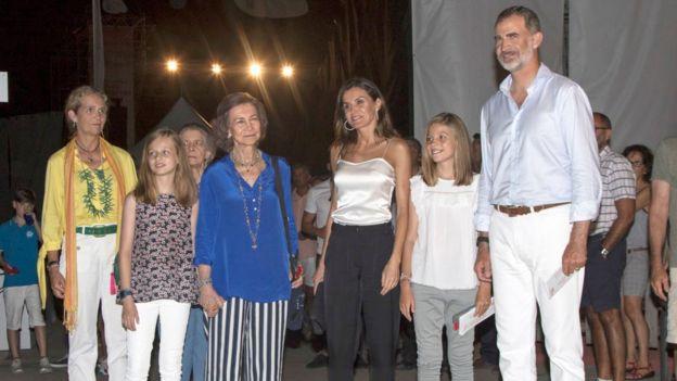 La Reina Sofía, junto con los reyes Felipe y Letizia, la infanta Elena, y las infantas Leonor y Sofía, en el verano de 2018 en Palma de Mallorca.