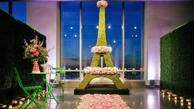 Una Torre Eiffel hecha de flores