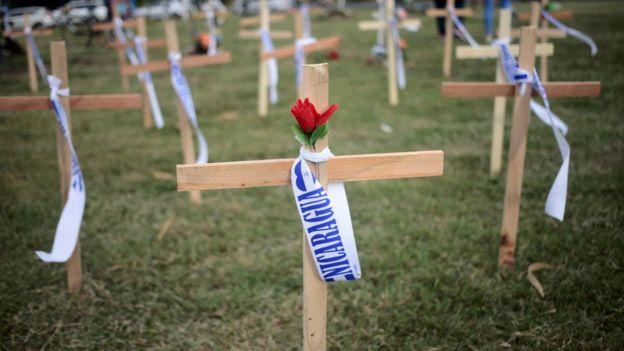 Cruces en homenajes a los muertos durante las protestas en Nicaragua.