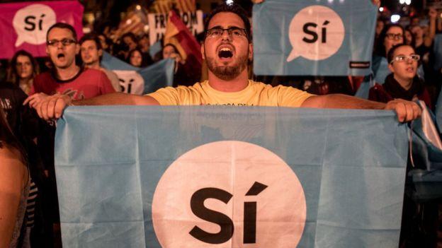 Un hombre festeja el resultado del referéndum en Cataluña.